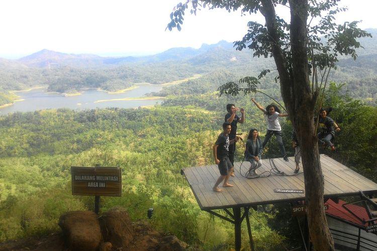 Obyek wisata Kalibiru mengandalkan latar danau Waduk Sermo di Kapanewon Kokap, Kulon Progo, DI Yogyakarta. Kalibiru menutup layanannya sementara pandemi Covid-19, seraya berbenah dan menambah fasilitas sesuai protokol kesehatan.