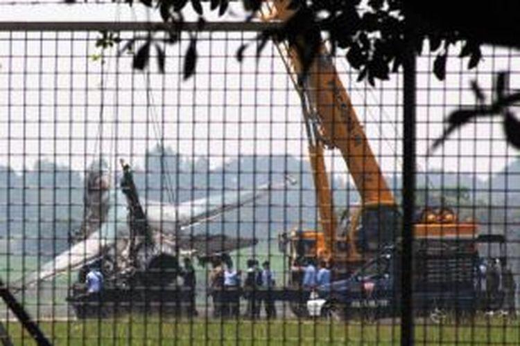 Sejumlah prajurit TNI AU mengevakuasi pesawat tempur F-16 yang terbakar di Pangkalan Udara Halim Perdanakusuma, Jakarta, Kamis (16/4/2015). Pesawat F-16 dengan nomor TS-1643 yang rencananya akan melaksanakan misi Fly Pass pembaretan di Halim Perdanakusuma menuju Markas Besar TNI tersebut gagal tinggal landas dan terbakar.