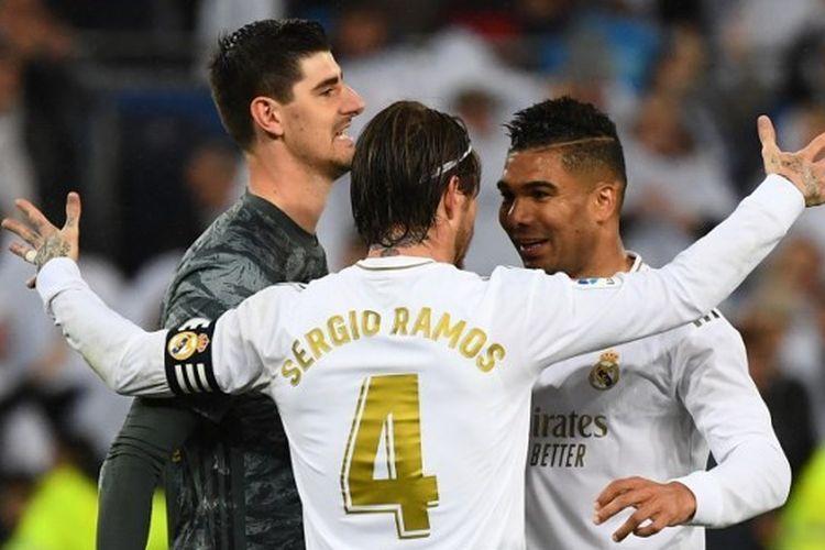 Thibaut Courtois bersama Sergio Ramos dan Casemiro saat merayakan kemenangan atas Barcelona pada laga El Clasico, Senin (2/3/2020) dini hari WIB.