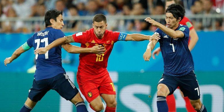 Gelandang Belgia, Eden Hazard, ditempel ketat oleh pemain Jepang, Makoto Hasebe (kiri) dan Gaku Shibasaki, dalam laga babak 16 besar Piala Dunia 2018 di Rostov Arena, Rostov-On-Don, Rusia pada 2 Juli 2018.