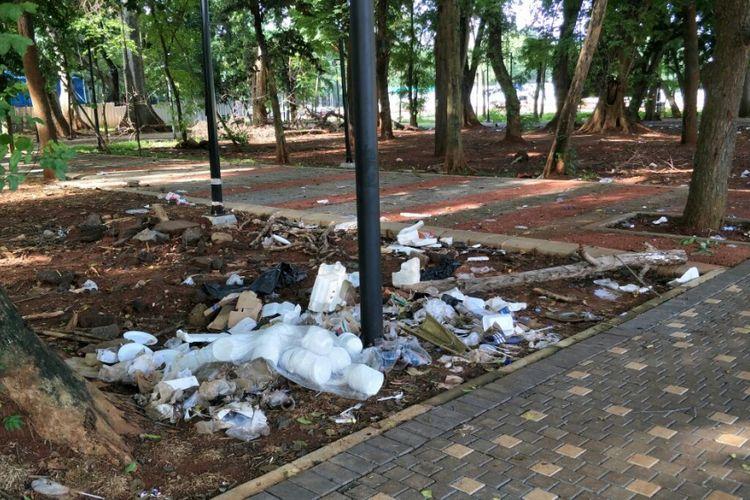 Sampah masih berserakan di taman sekitar Stadion Utama Gelora Bung Karno (SUGBK), Senayan, Jakarta Pusat, dua hari pasca-final Piala Presiden, Senin (19/2/2018).