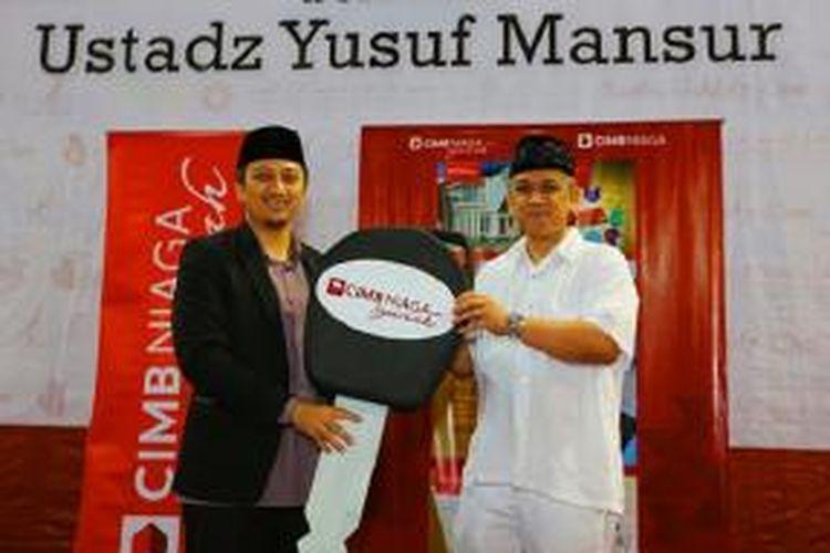 Head of Syariah Banking PT Bank CIMB Niaga Tbk – U. Saefudin Noer (kanan) secara simbolis menyerahkan donasi satu unit ambulance kepada Ketua Pembina Yayasan PPPA Daarul Qur'an Nusantara – Yusuf Mansur (kiri), di Mesjid Istiqlal Jakarta, Minggu (23/2).