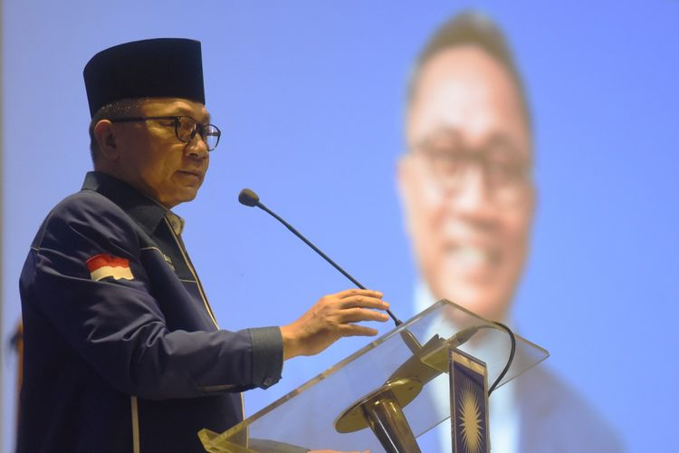Ketua Umum PAN Zulkifli Hasan memberikan arahan dalam Rakernas PAN di Jakarta, Kamis (9/8). Dalam rakernas tersebut PAN secara resmi mengusung Prabowo Subianto sebagai calon presiden pada Pilpres 2019. ANTARA FOTO/Akbar Nugroho Gumay/aww/18.