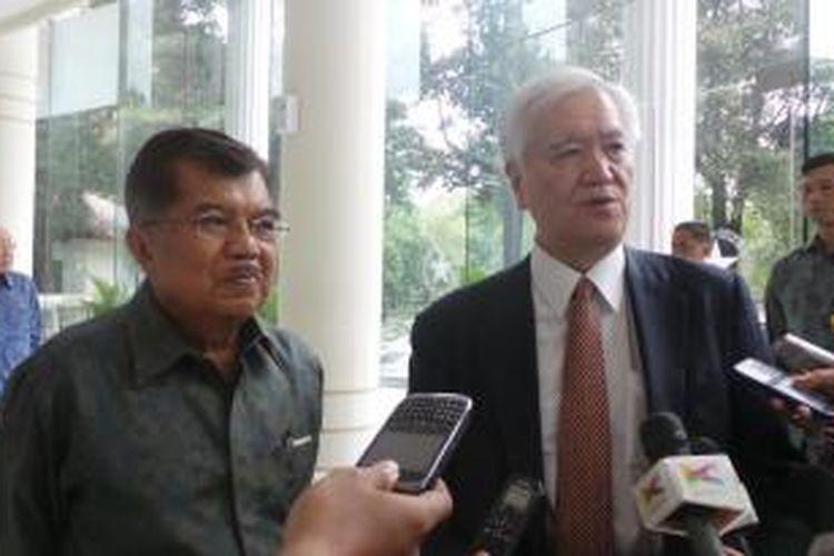 Gubernur Japan Bank for International Cooperation Hiroshi Watanabe bersama dengan Wakil Presiden Jusuf Kalla usai pertemuan di Kantor Wakil Presiden, Senin (19/1/2015)