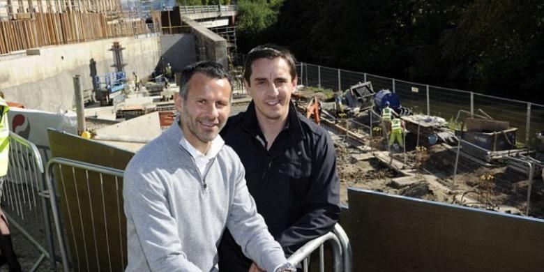 Dua mantan pemain Manchester United, Ryan Giggs (kiri) dan Gary Neville.