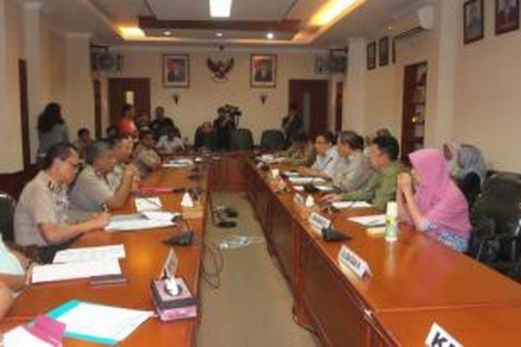 Pertemuan antara tim kuasa hukum terpidana kasus pelecehan seksual di Jakarta International School, dan penyidik dari Polda Metro Jaya, di Kantor Komisi Kepolisian Nasional, Selasa (17/2/2015)