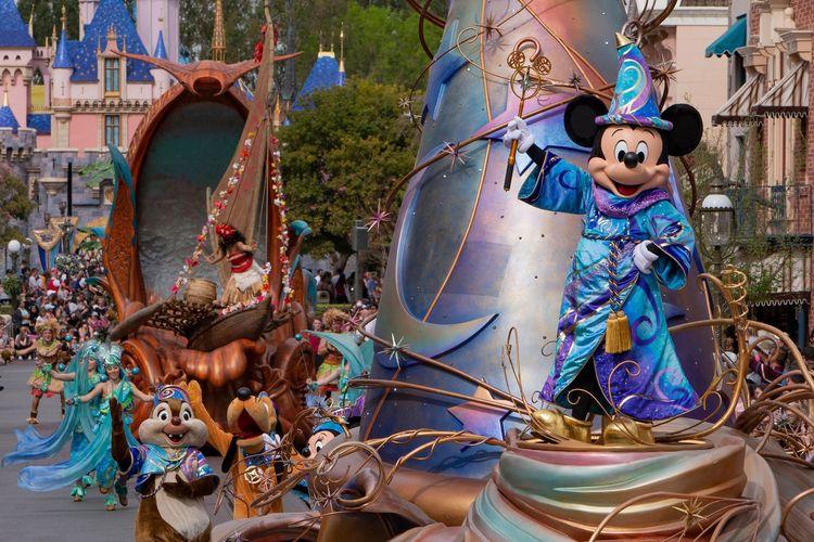Parade Magic Happens menampilkan tokoh Disney, seperti Mickey, Frozen, dan Moana.