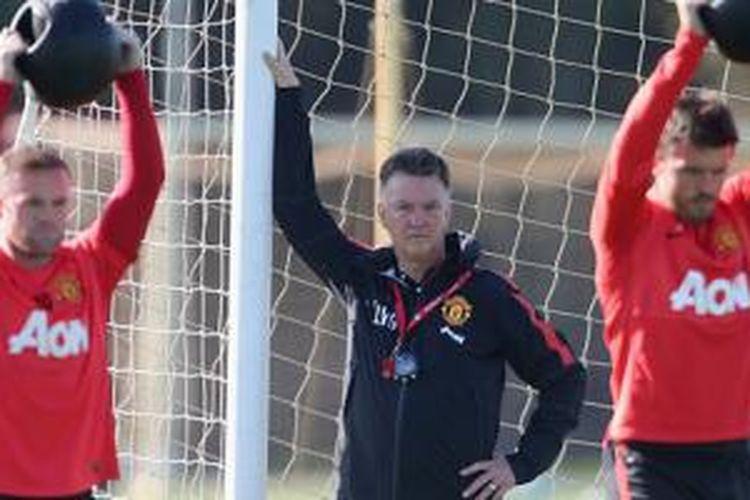 Louis van Gaal mengamati Wayne Rooney dan Michael Carrick latihan.