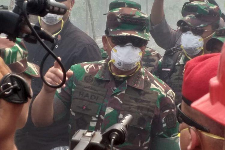 Panglima TNI Marsekal Hadi Tjahjanto berbincang dengan Tim Satgas Karhutla soal upaya pemadaman api di Kelurahan Terkul, Kecamatan Rupat, Kabupaten Bengkalis, Riau, Sabtu (23/2/2019).