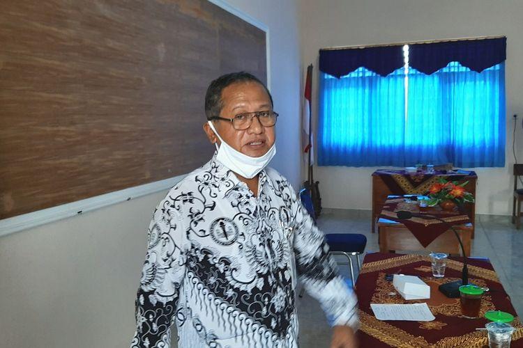 Kepala Disdikpora Gunungkidul Bahron Rasyid Saat Penyerahan Bantuan Kepada Guru Terdampak Covid19 di Gedung PGRI Gunungkidul Kamis (2/4/2020)
