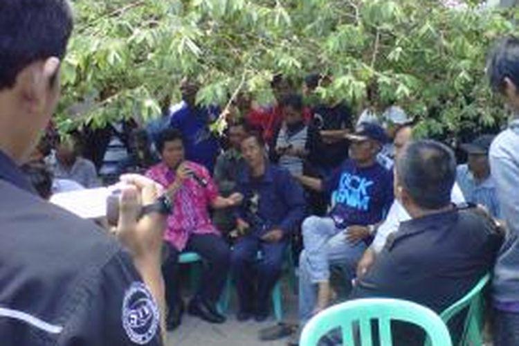 Warga Purwosari, Solo, menolak penggusuran PT. KAI, Selasa (20/8/2013).