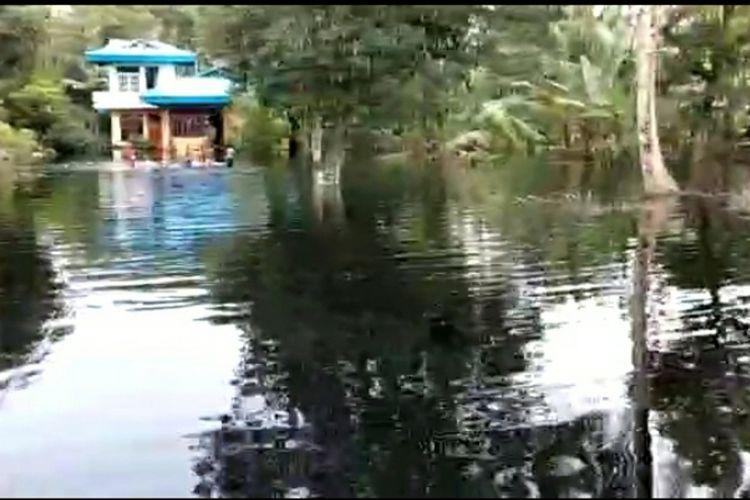 Ini penampakan banjir akibat luapan kanal sebuah perusahaan yang merendam ratusan rumah warga empat desa di Kecamatan Tasik Putri Puyu, Kabupaten Kepulauan Meranti, Riau, Sabtu (28/11/2020).