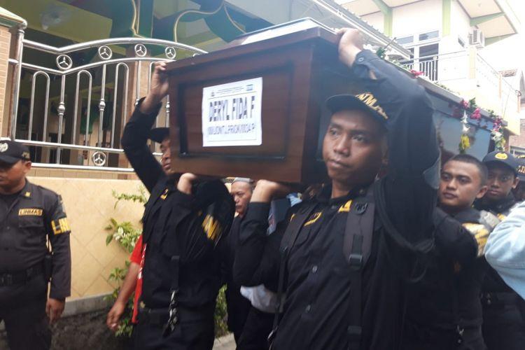 Jenazah korban Lion Air Deryl Fida Febrianto diserahkan kepada Keluarga di Surabaya, Selasa (13/11/2018)