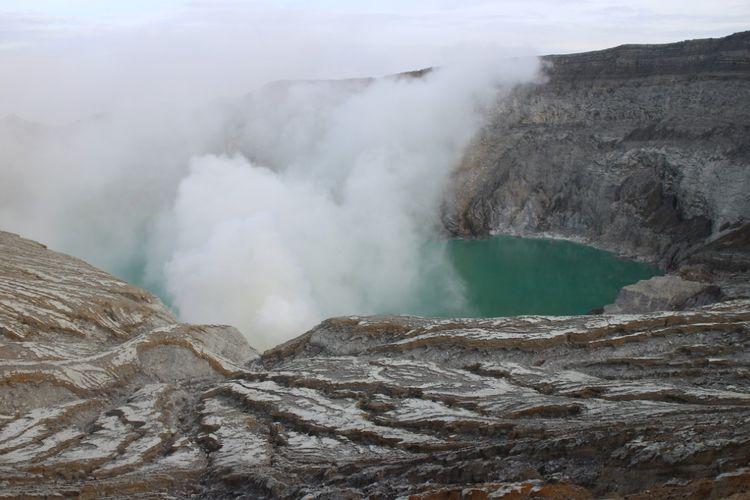 Danau berwarna hijau kebiruan di puncak kawah Ijen