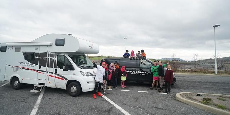 Keluarga Gen Halilintar keliling Benua Eropa menggunakan dua buah mobil yakni karavan dan sedan.