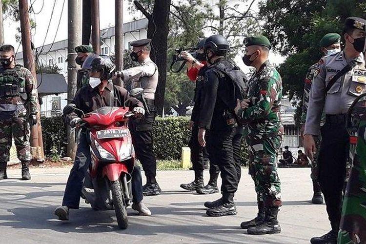Polisi mengeklaim kepadatan di pos penyekatan pemberlakuan pembatasan kegiatan masyarakat (PPKM) darurat di kawasan PT Panasonic, Jalan Raya Bogor, Jakarta Timur, berkurang.