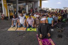 Antre Berjam-jam demi Bahan Bakar, Warga Lebanon Ramai-ramai Shalat di Pom Bensin