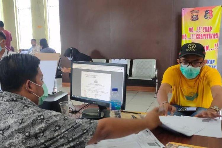 Juan Puncan Endrile (30) korban penipuan pembelian masker secara online saat membuat laporan di Polrestabes Palembang, Selasa (7/4/2020).