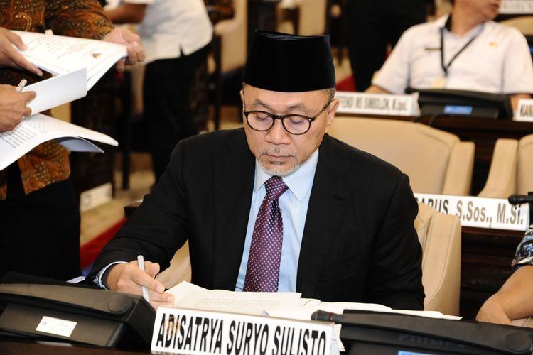 Ketua MPR RI Zulkifli Hasan mengimbau masyarakat untuk merajut kembali persatuan.