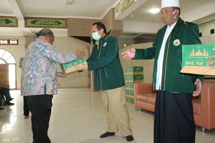 Bupati Semarang Mundjirin menyerahkan bantuan dari DMI Pusat