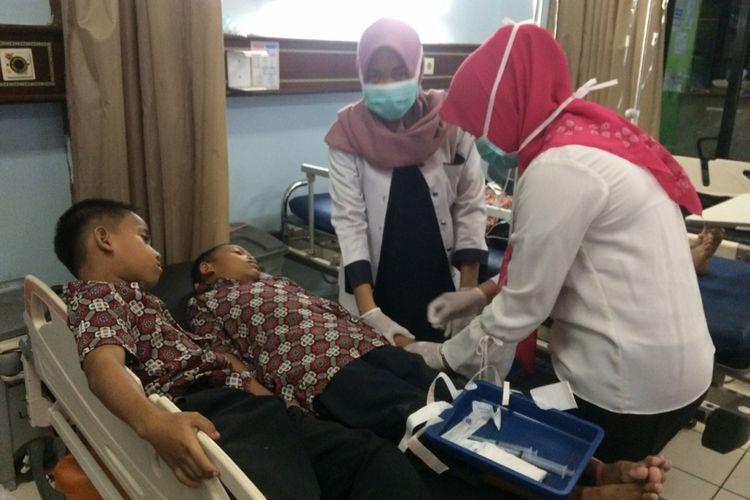 Murid SD Negeri 6 Desa Muara Lawai, Kecamatan Merapi Timur, Kabupaten Lahat, Sumatera Selatan saat menjalani perawatan di rumah sakit lantaran keracunan usai membeli jajanan disekolah, Rabu (9/1/2019).