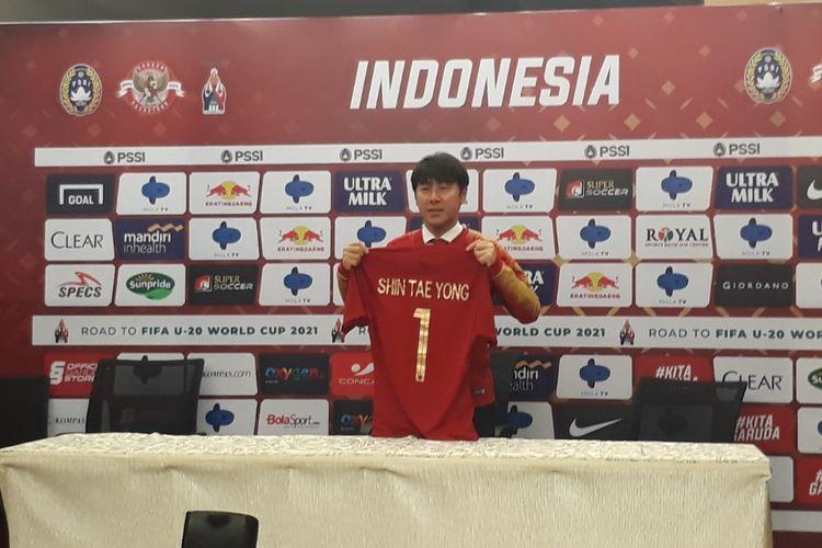 Pelatih timnas Indonesia, Shin Tae-yong dalam acara konferensi pers di Stadion Pakansari, Bogor, Sabtu (28/12/2019)