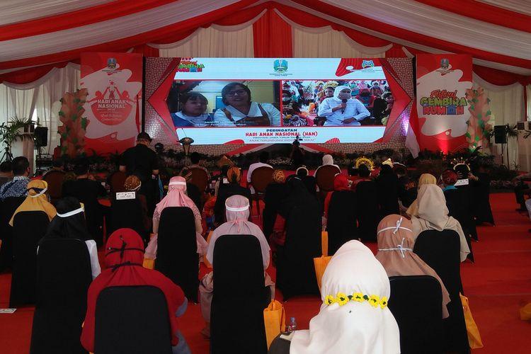 Gubernur Jawa Timur Khofifah Indar Parawansa saat melakukan tanya-jawab secara virtual, dalam peringatan Hari Anak Nasional di objek Wisata Setigi, Gresik.