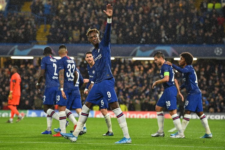 Chelseas English striker Tammy Abraham (C) celebrates after scoring the opening goal of the UEFA Champions League Group H football match between Chelsea and Lille at Stamford Bridge in London on December 10, 2019. (Photo by Glyn KIRK / AFP)