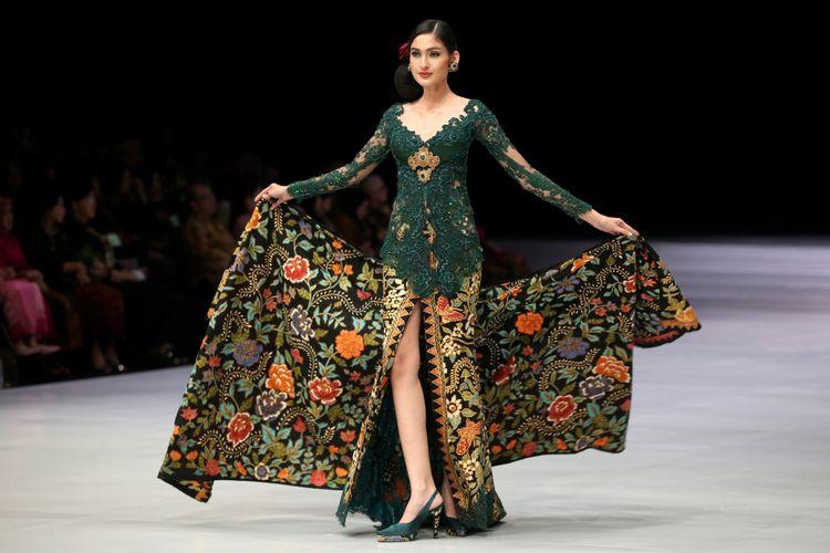 Model memeragakan baju rancangan Anne Avantie di Indonesia Fashion Week, Jakarta Convention Center, Jakarta, Kamis (29/3/2018). Peragaan busana dengan tema Sekarayu Sriwedari ini menampilkan busana 29 tahun Anne Avantie berkarya sebagai perancang busana.