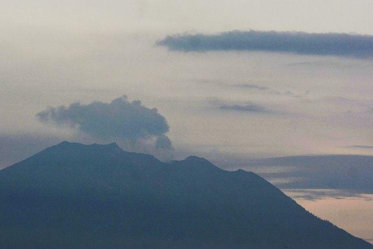 Gunung Agung mengeluarkan asap terlihat dari Denpasar, Bali, Jumat (22/2/2019). Terjadi dua kali letusan Gunung Agung pada Jumat (22/2/2019) pukul 16.31 Wita dan 17.01 Wita yang mengeluarkan asap kawah hingga setinggi 700 meter. ANTARA FOTO/Fikri Yusuf/aww.
