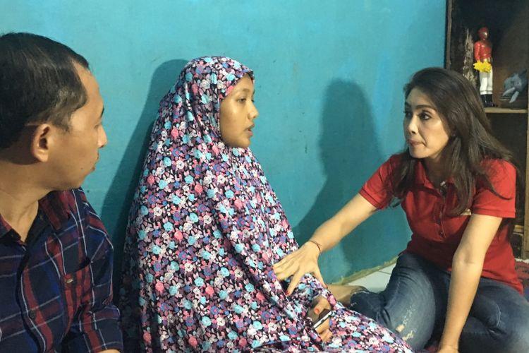 Anggota Komisi VI DPR RI Rieke Diah Pitaloka menyampaikan ucapan belasungkawa kepada keluarga MA, pria yang dibakar hidup-hidup di Bekasi, di Kampung Jati, Desa Cikarang Kota, Cikarang Utara, Kabupaten Bekasi, Minggu (6/8/2017).
