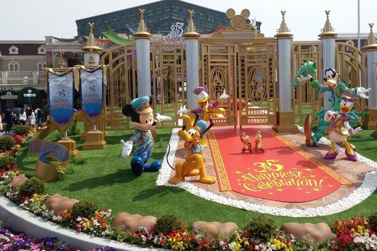 Taman yang berisi patung berbagai tokoh Disney ini terletak di area pintu masuk Tokyo Disneyland. Taman ini dihias menjadi lebih indah dalam rangka perayaan ke-35 tahun Tokyo Disneyland.