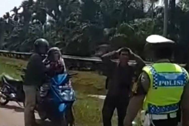 Sebuah video pengendara sepeda motor distop polisi ramai diperbincangkan di media sosial. Pengendara motor diberhentikan polisi karena ada tiga orang di atas satu motor dan melaju dengan kecepatan tinggi.