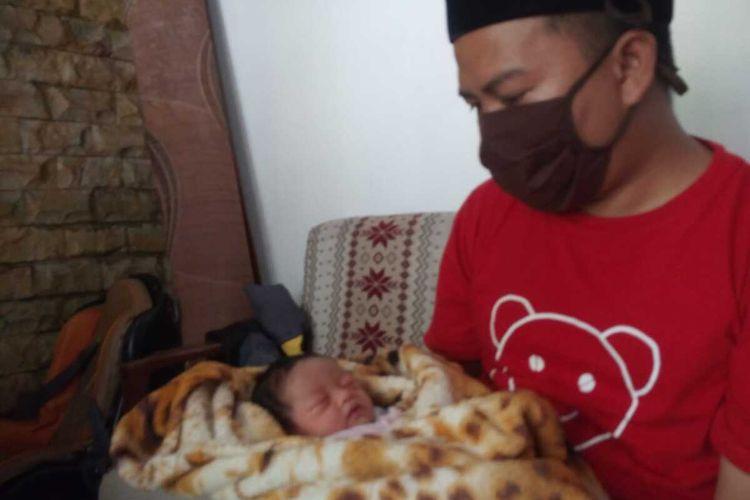 Seorang bayi yang baru lahir di Kabupaten Cianjur, Jawa Barat, diberi nama corona, lengkapnya Nara Fatimah Corona.