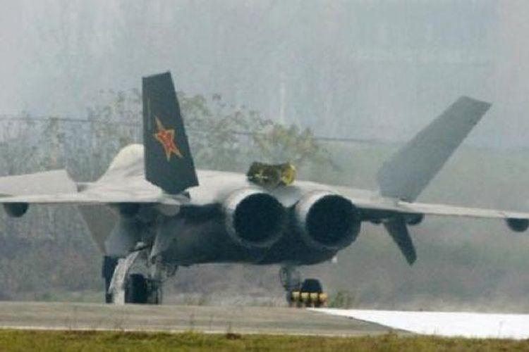 Pesawat yang dilaporkan sebagai  jet tempur siluman China, terlihat di Chengdu, Provinsi Sichuan. Foto diambil pada  5 Januari 2011.