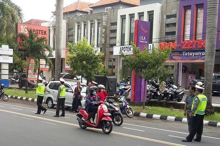 Polisi Lalulintas dari Polresta Denpasar dan Ditlantas Polda Bali menggelar razia kendaraan di jalur menuju lokasi penyelenggaraan Kongres PDI Perjuangan ke-4 di Sanur.