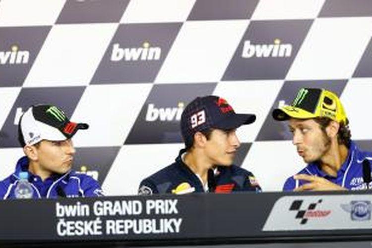 Pebalap MotoGP, (kiri-kanan) Jorge Lorenzo, Marc Marquez, dan Valentino Rossi, berdiskusi saat acara jumpa pers GP Ceko, Kamis (22/8/2013).