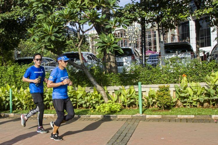 Wakil Gubernur DKI Jakarta Sandiaga Uno (kanan) berlari menuju Balai Kota, di Jakarta, Jumat (20/10/2017). Pada hari keempat setelah pelantikan, Sandiaga Uno memulai kegiatan dengan berlari dari kediamannya di Selong, Kebayoran Baru, Jakarta, menuju Balai Kota.