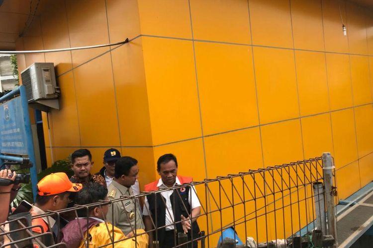 Gubernur DKI Jakarta Anies Baswedan dan Sekretaris Daerah Saefullah meninjau Pintu Air Karet, Jakarta Pusat, Selasa (25/2/2020)