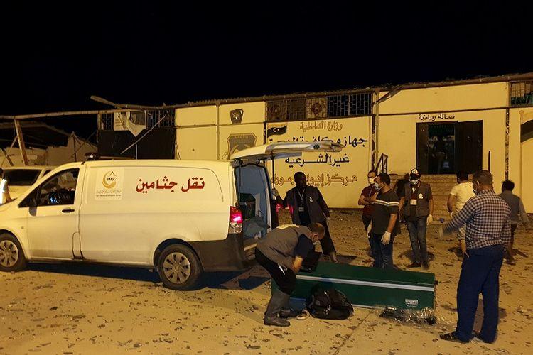 Mobil ambulans disiapkan untuk mengangkut para korban luka akibat serangan udara yang menghantam kamp penampungan migran di Tajoura, Libya, Selasa (2/7/2019) malam.