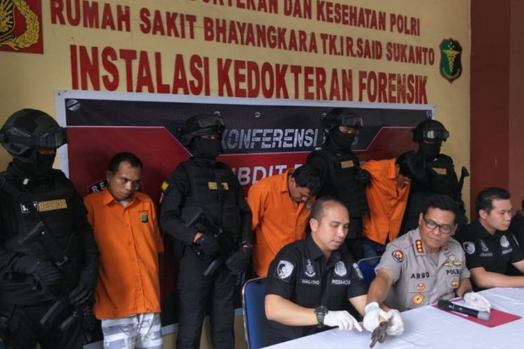 Kabid Humas Polda Metro Jaya Kombes Raden Prabowo Argo Yuwono bersama jajaranya berhasil menangkap pencuri motor sadis yang kerap beraksi di Jakarta dan Tangerang, Minggu (3/2/2019).