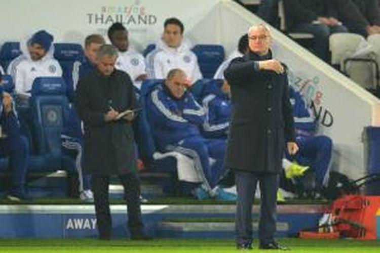 Manajer Leicester City, Claudio Ranieri, memberikan instruksi di pinggir lapangan Stadion King Power ketika melawan Chelsea pada lanjutan Premier league, 14 Desember 2015. Tampak sosok Jose Mourinho di belakang Ranieri.