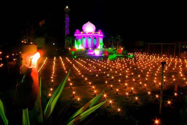 Tumbilotohe, tradisi pasang lampu di Gorontalo mulai berlangsung 3 hari menjelang Idul Fitri. Seluruh masyarakat serentak menyalakan lampu botol di sekitar rumah dan jalanan.