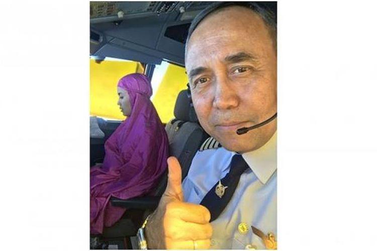 Sebuah foto yang diunggah pilot Garuda Indonesia, Kapten Pilot Jaka Pituana, di akun Facebook miliknya menuai pujian. Foto tersebut menampilkan kopilot Garuda Indonesia, Sarah Widyanti Kusuma, sedang melakukan shalat di dalam kokpit pesawat.