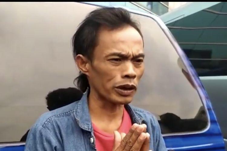 Ade Londok sampaikan permintaan maaf kepada Haji Malih Tong Tong. (Bidikan layar YouTube KH Infotainment).