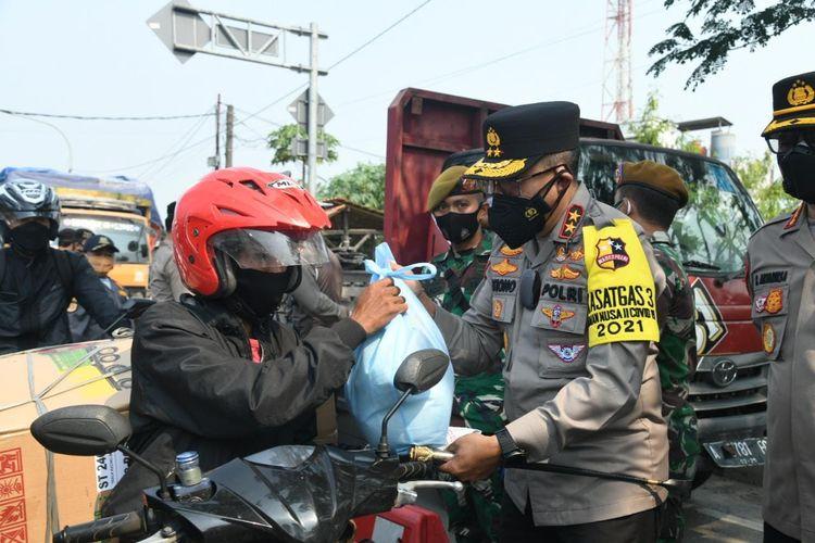Kepala Korps Lalu Lintas Polri Irjen Pol Istiono mengecek titik penyekatan di perbatasan Jayanti-Serang, Banten, Selasa (27/7/2021).