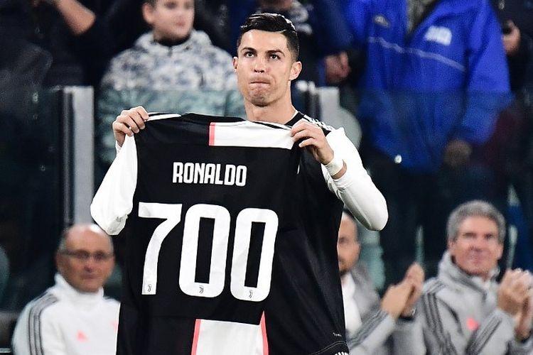 Cristiano Ronaldo memamerkan kostum berhiaskan angka 700 yang merefleksikan jumlah golnya sepanjang karier, jelang laga Juventus vs Bologna dalam lanjutan Liga Italia di Stadion Allianz, 19 Oktober 2019.
