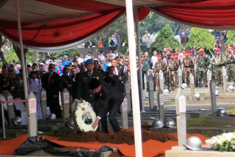 Presiden Joko Widodo meletakkan karangan bunga untuk almarhum Presiden ketiga RI Bacharuddin Jusuf Habibie di Taman Makam Pahlawan Kalibata, Kamis (12/9/2019).(KOMPAS.com/RAKHMAT NUR HAKIM)