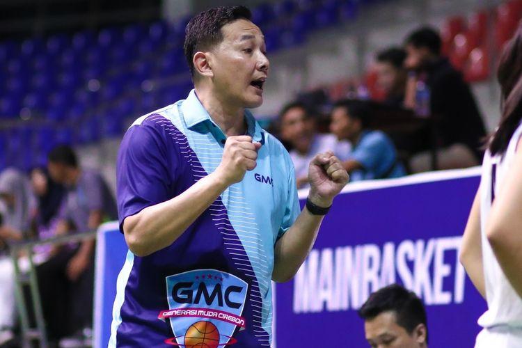Pelatih GMC Cirebon Arif Gunarto. GMC Cirebon kalahkan Tanago Jakarta 80-51 pada pertandingan Pra Season Srikandi Cup 2020 di GOR Gelanggang Remaja Pekanbaru, Minggu (12/1/2020).
