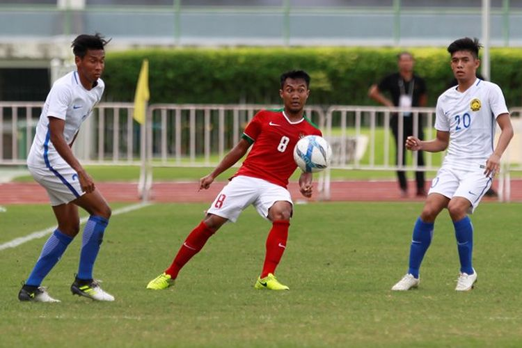 Gelandang Indonesia, M Hargianto, berusaha mengontro bola dalam pertandingan pertama Grup H Kualifikasi Piala Asia U-23 melawan Malaysia, Rabu (19/7/2017).